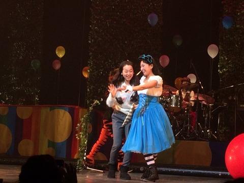 浅田舞の主演舞台に浅田真央がサプライズで登場。姉妹共演を見に行けたお客さんが羨ましい