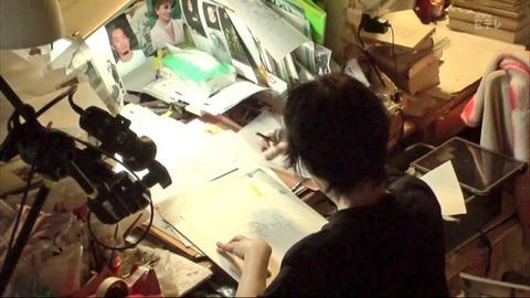 マンガ家の萩尾望都先生の作業机に高橋大輔の写真が飾ってあるけど絵のモデルにしているのかな?