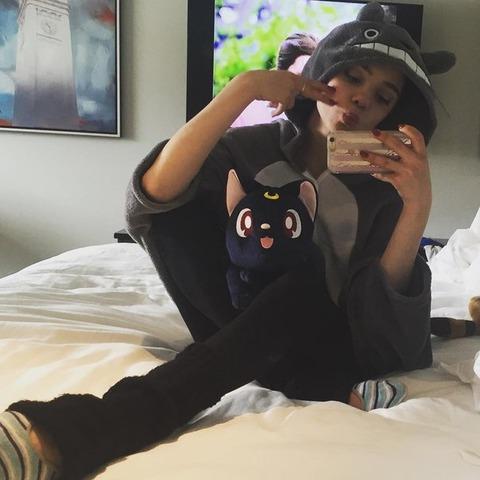 チームチャレンジカップ2016・SPで1位のエフゲニア・メドベデワがベッドの上でトトロの被り物を着てる姿が可愛い