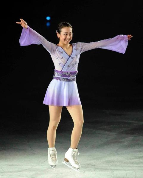 浅田真央がアイスショーでファン魅了「心を込めて滑った」演技後に出口を間違えるお茶目なハプニングも