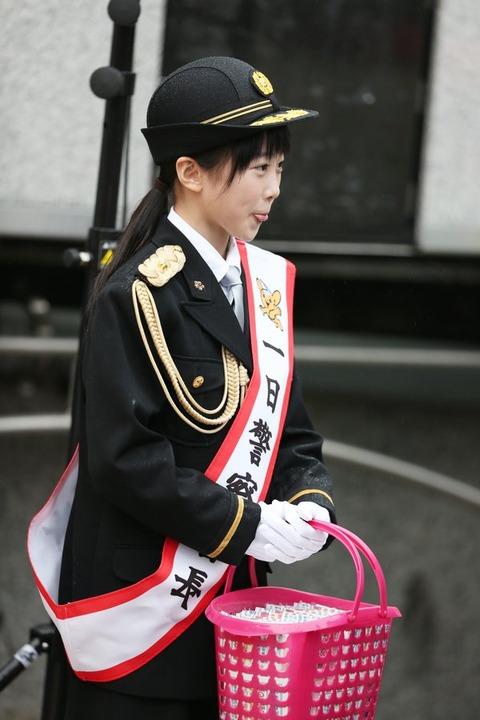 本田望結が一日警察署長を務めセレモニーに参加。「ネクタイを結ぶのは初めてで楽しかったです」と笑顔を見せる