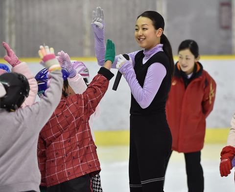 浅田真央が福岡市内でスケート教室を開き熊本の子らを指導
