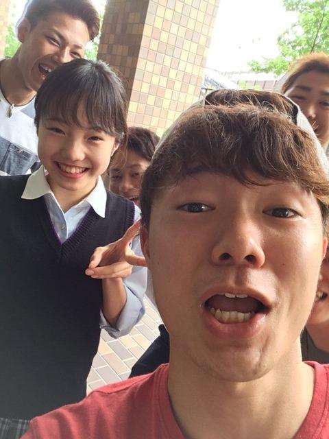 どういう状況?本田真凜ちゃんが大学生グループから囲まれちゃってる