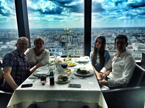 マキシムコフトゥンが家族と恋人の食事風景を公開。窓から見える風景が幻想的&ハンヤンが軍事訓練に参加?