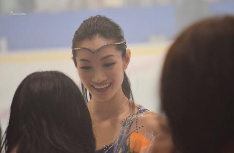 綺麗なお花にも負けない美しさ・・・荒川静香プロになって10周年を多くのファンが祝福。