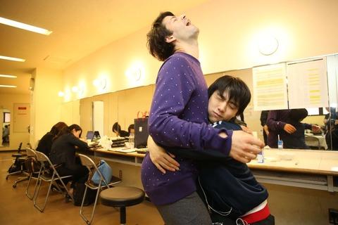 羽生結弦とステファン・ランビエールの抱擁写真にイイネをする人達がいるけどどんな想いで評価しているんだろうか(笑)