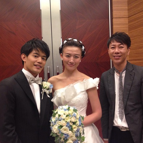 小塚崇彦と大島由香里アナウンサーが結婚披露宴を挙げる。沢山の著名人も駆けつけ参加