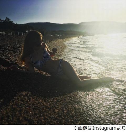 ロシアのリプニツカヤが美しき水着姿を披露…ビーチに横たわるセクシーな一枚