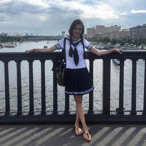 ロシア美女のエフゲニア・メドベデワがセーラー服姿を披露。本当に日本の文化が好きなんだぁ