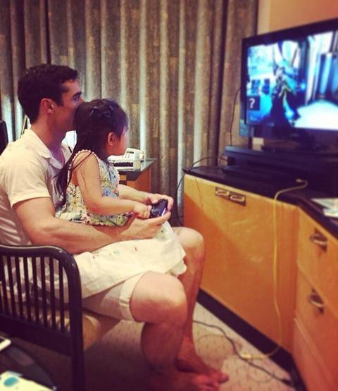 安藤美姫の自宅でハビエルフェルナンデスが娘さんと一緒にTVゲームで遊ぶ。本当の家族みたいで幸せそう