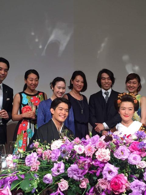 小塚崇彦の結婚披露宴集合写真に浅田真央ちゃんが一緒に映ってる写真を公開