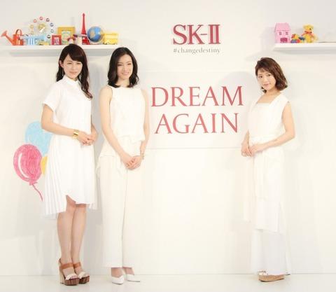 化粧品ブランドのイベントで荒川静香、くみっきー&平井理央と三者三様のオールホワイトコーデネートを披露