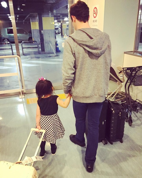 安藤美姫が幸せオーラ全開。ハビエルフェルナンデスが来日中に娘さんのお世話も一緒に手伝ってくれてるみたいだ