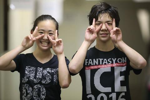 宇野昌磨と青木祐奈が揃ってダブルピース。あどけない表情で二人とも凄く可愛い