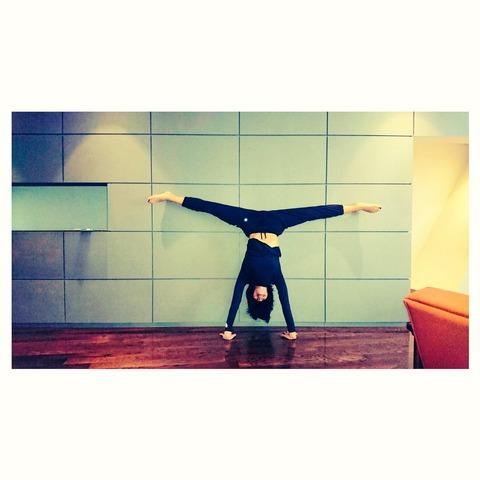 浅田舞がディズニーオンアイス出演前にウォーミングアップで見事な開脚を披露。