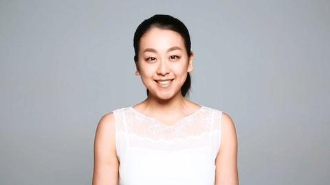浅田真央が関西ローカル番組に出演し男性アナウンサーと反射神経対決を行う