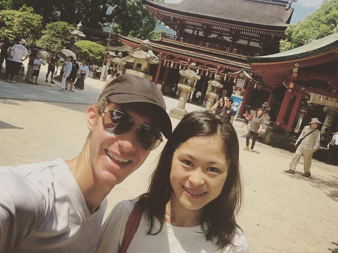 宮原知子とジェイソンブラウンが太宰府天満宮で可愛いツーショット写真を公開。