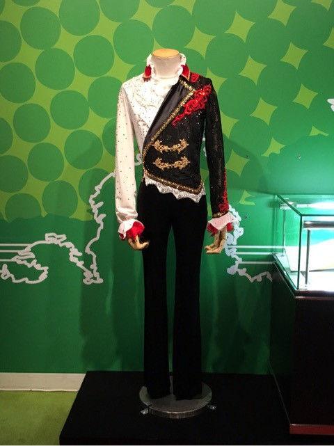マダムタッソーに展示されている羽生結弦の赤ファントム衣装。触れる事も出来るから多くの人がそれぞれのやり方で楽しんでるみたいですね