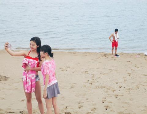 本田真凜が水着姿を披露。初めての海を兄妹で仲良く楽しむ&友達でもある卓球の伊藤美誠がメダルを獲得し祝福コメント