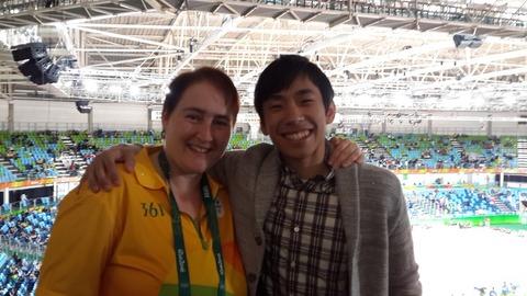 織田信成さんがリオで取材中にタチアナさんと遭遇し記念写真。体操選手へのインタビューではサンバを踊る場面も