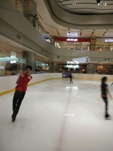 ボーヤン・ジンが深センのアイスショー会場へ現地入り。綺麗なリンク上で子供達と一緒に滑ってる