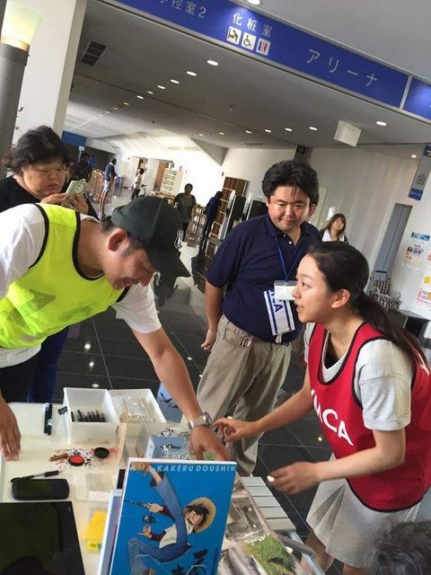 浅田真央が熊本入りしボランティア活動を行う。炎天下の中積極的に活動して偉い