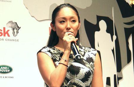 安藤美姫が黒のノースリーブワンピ姿でイベントに登場。動物保護に母の顔見せる