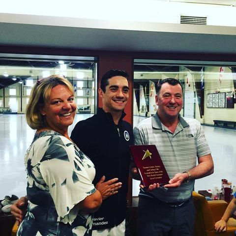 クリケットでハビエル ・ フェルナンデスに2016年世界選手権優勝を記念してプラークが渡される