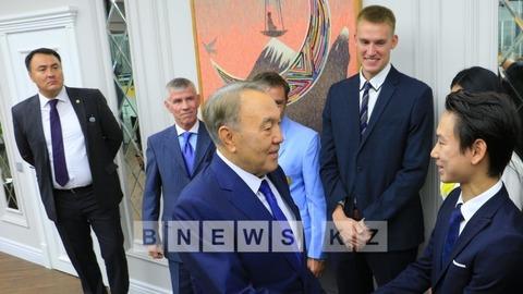 デニステンがカザフスタンの大統領と握手。新しいリンク完成のセレモニーに出席で