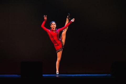 リプニツカヤが陸上でダンスを披露。氷上の時と違って斬新。バックの映像も雰囲気が出てかっこいい