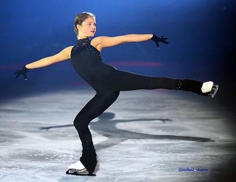 リプニツカヤがアイスショーで新プロを披露。セクシーな衣装で体型もスリムになってる