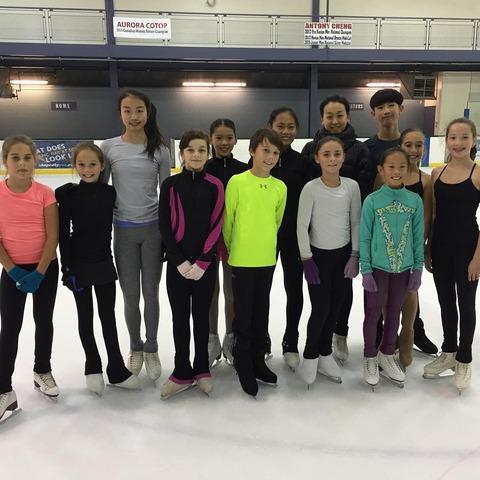 浅田真央が練習しているカナダのリンク場で子供達と一緒に記念撮影