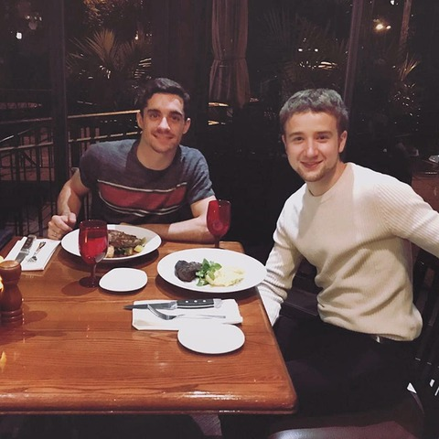 クリケットに足を運んでるミーシャジー選手がハビエル選手と仲良く一緒に食事へ出かける。
