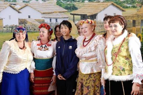 ロシア熟女に囲まれて緊張している羽生結弦選手が可愛い