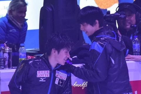 お互いに手を振る場面も・・・羽生結弦と宇野昌磨。試合ではライバルでも普段は仲良し
