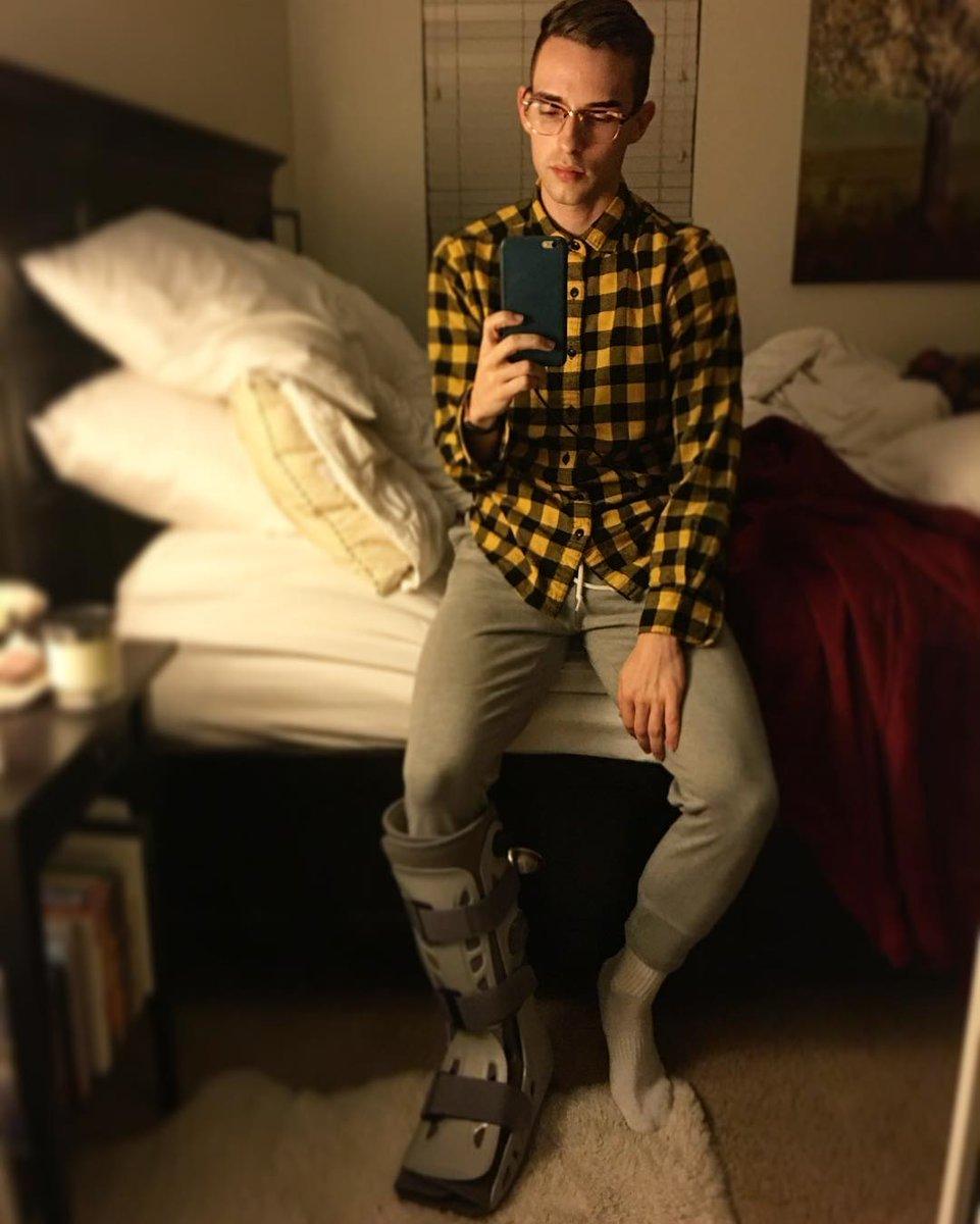 アダムリッポンが足を骨折して療養中の写真を公開。気分もだいぶ落ち込んでいるみたいだ