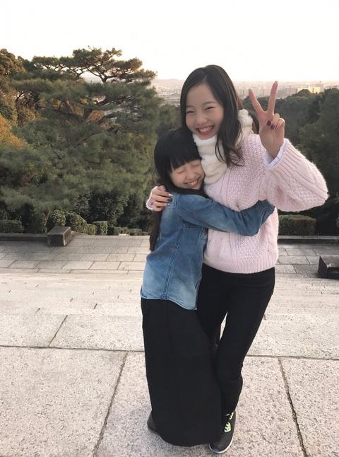 本田真凜が家族で楽しいお正月を過ごす。妹の本田望結ちゃんと仲良くハグしながらピース