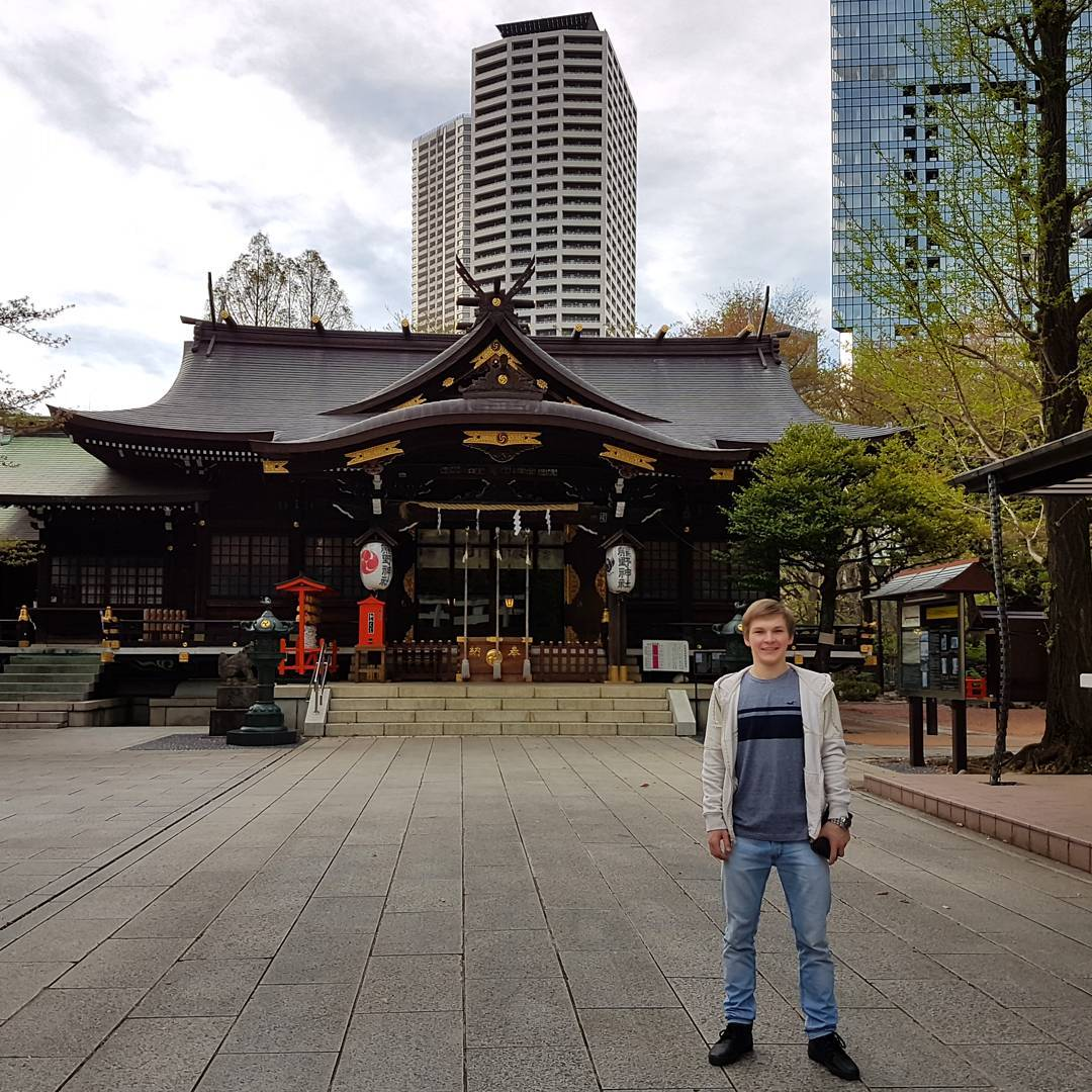 ロシアのミハイル・コリヤダ選手が熊野神社を散策。東京観光を楽しんでいるみたいだ