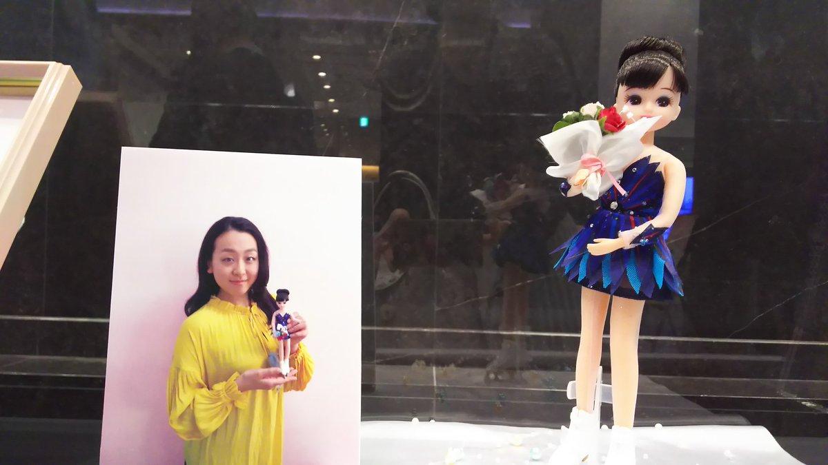 黄色い衣装でリカちゃん人形を手に持つ浅田真央ちゃんが可愛い