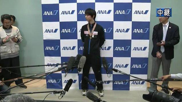 世界選手権で優勝した羽生結弦選手が凱旋帰国。空港には多くのファンが集まり歓声を受ける