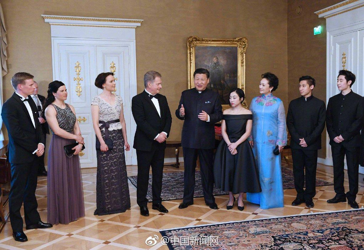 中国の習近平国家主席とボーヤン・ジンが列に並んで記念写真。緊張した表情でも人民服は似合ってる