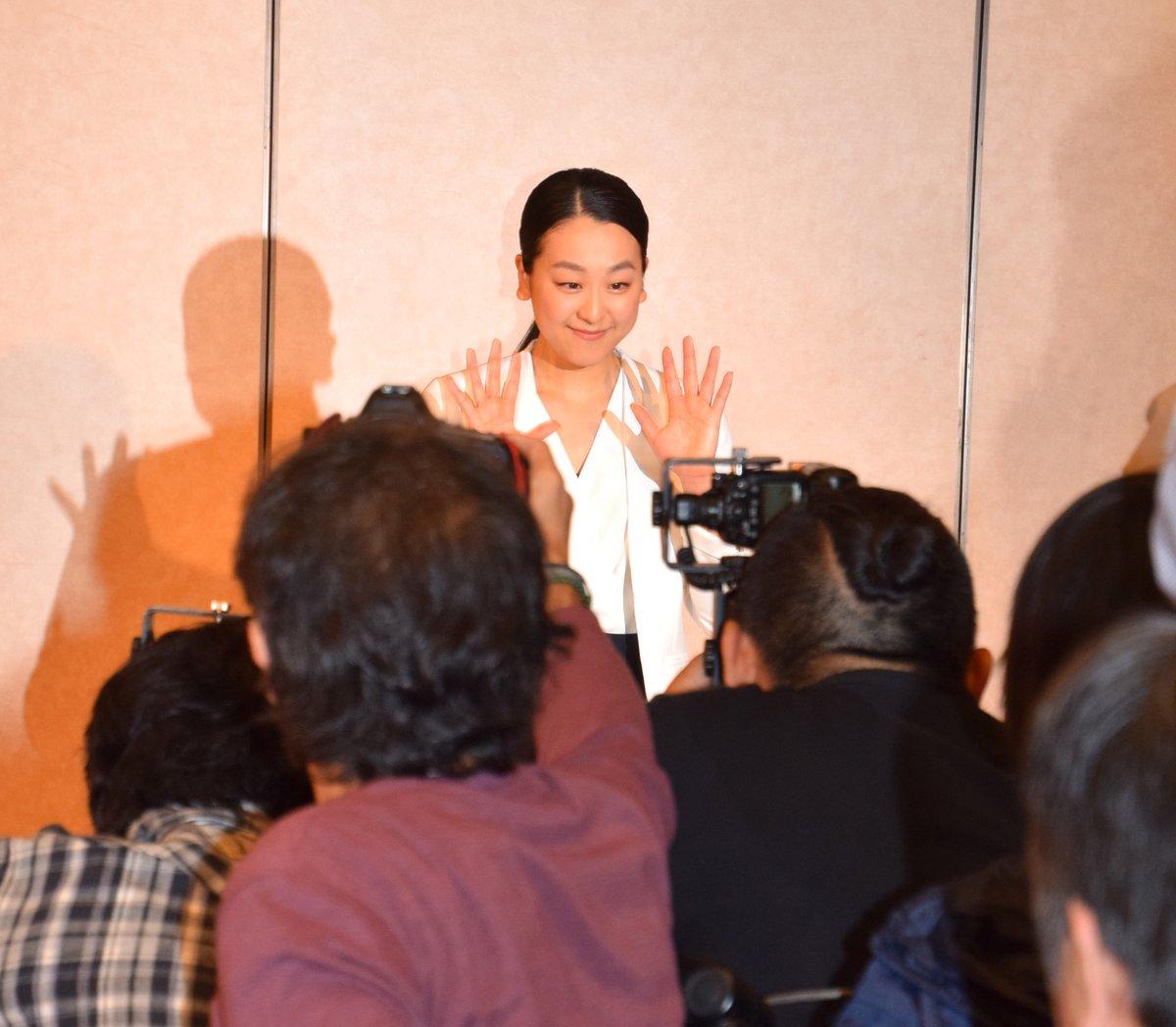 浅田真央の引退会見「結婚予定は?」の質問に「ない」も「お相手がいれば…」と笑顔で応じる