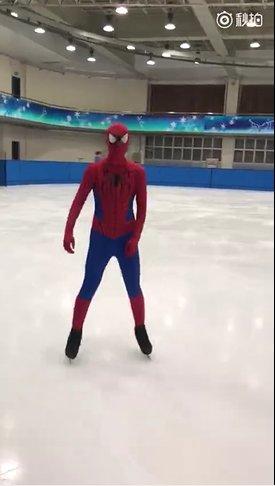 ボーヤン・ジンがスパイダーマンのコスチュームを着てリンクを滑る動画を公開