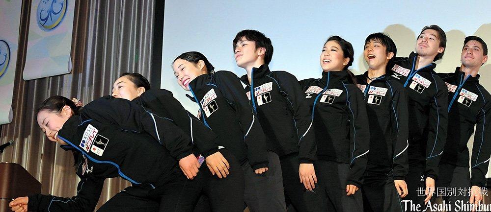 エグザイルポーズで一致団結。羽生結弦がチームジャパンを牽引