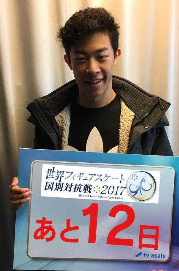 ネイサン・チェン選手とボーヤン・ジン選手が国別対抗戦ボードを持って宣伝