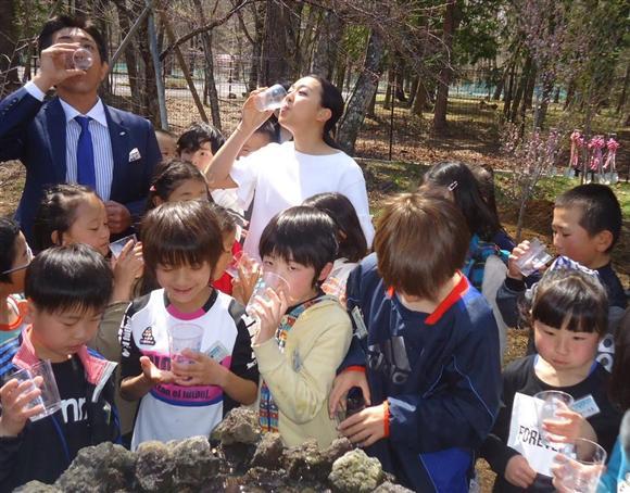 浅田真央がキララのオープニングセレモニーに出席。子供達から夢はなんですか?の質問に「幸せな家庭を作ることです」