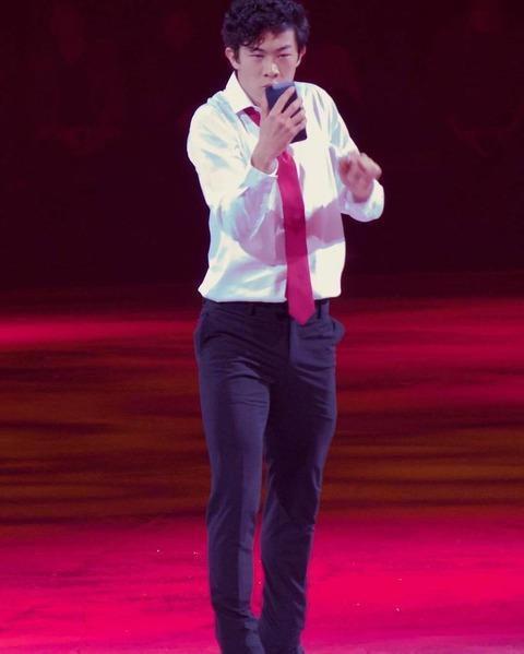 Stars on Ice2017でネイサン・チェンがサラリーマン風の衣装を着て演技を披露