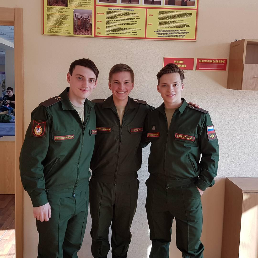 ロシアのコリャダ君が兵役で軍服を着用。自然な笑顔がハンサムに見える