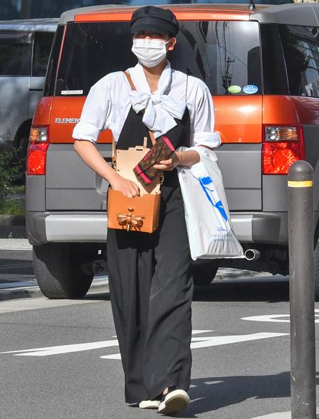 浅田真央の私服を公開。名古屋駅前のコンビニで雑誌を読んでいる姿が目撃される