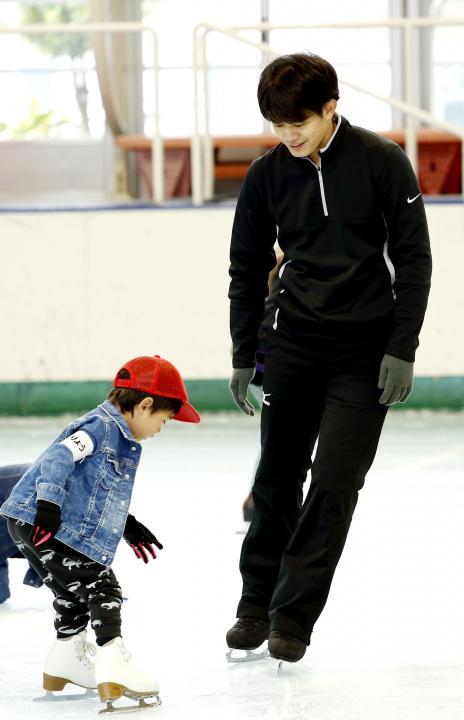 小塚崇彦さんがスケート教室で子供に指導&退院した赤ちゃんを胸に抱き自宅へ